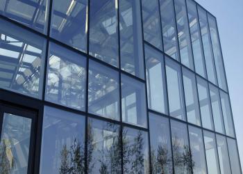 Liệt kê các công việc khi lau kính nhà cao tầng, vệ sinh lau kính tòa nhà