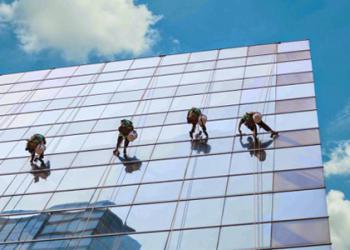 Dịch vụ lau kính tòa nhà cao tầng chất lượng số 1 từ Vệ Sinh Hoàng Gia