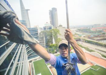 Cùng công ty Hoàng Gia tìm hiểu thêm về lĩnh vực lau kính nhà cao tầng